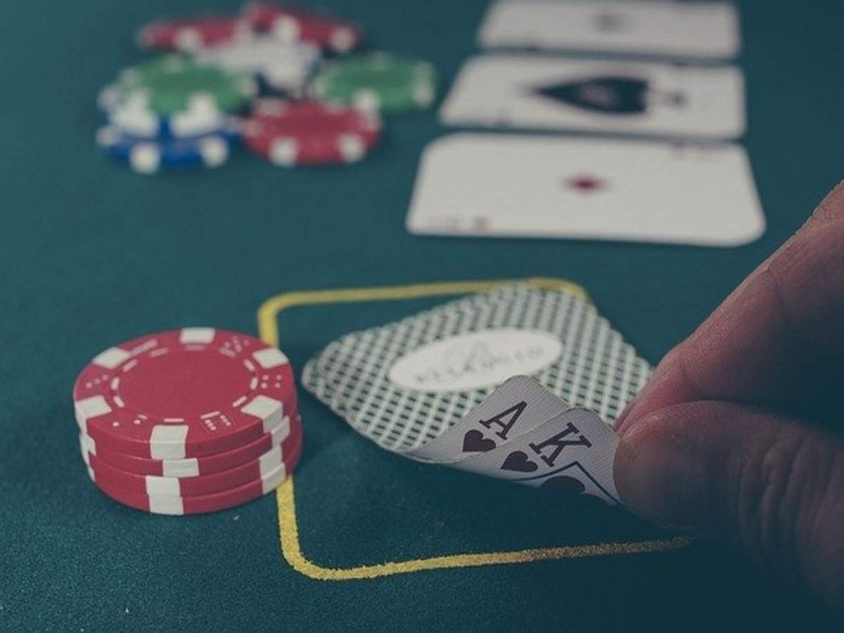 Know about idnpoker betting limits, betting Rounds and dealing with cards